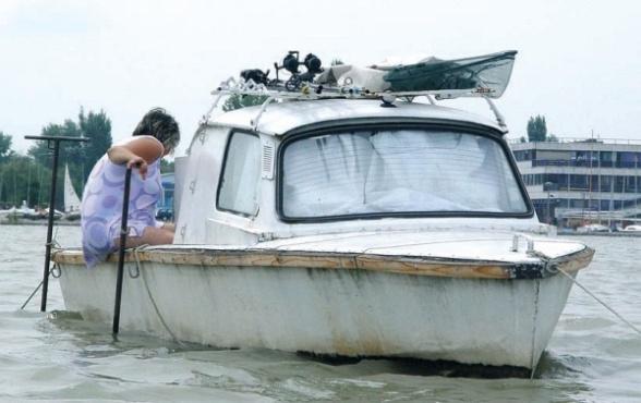 Un trabi flotante en el lago Balatón, Hungría.